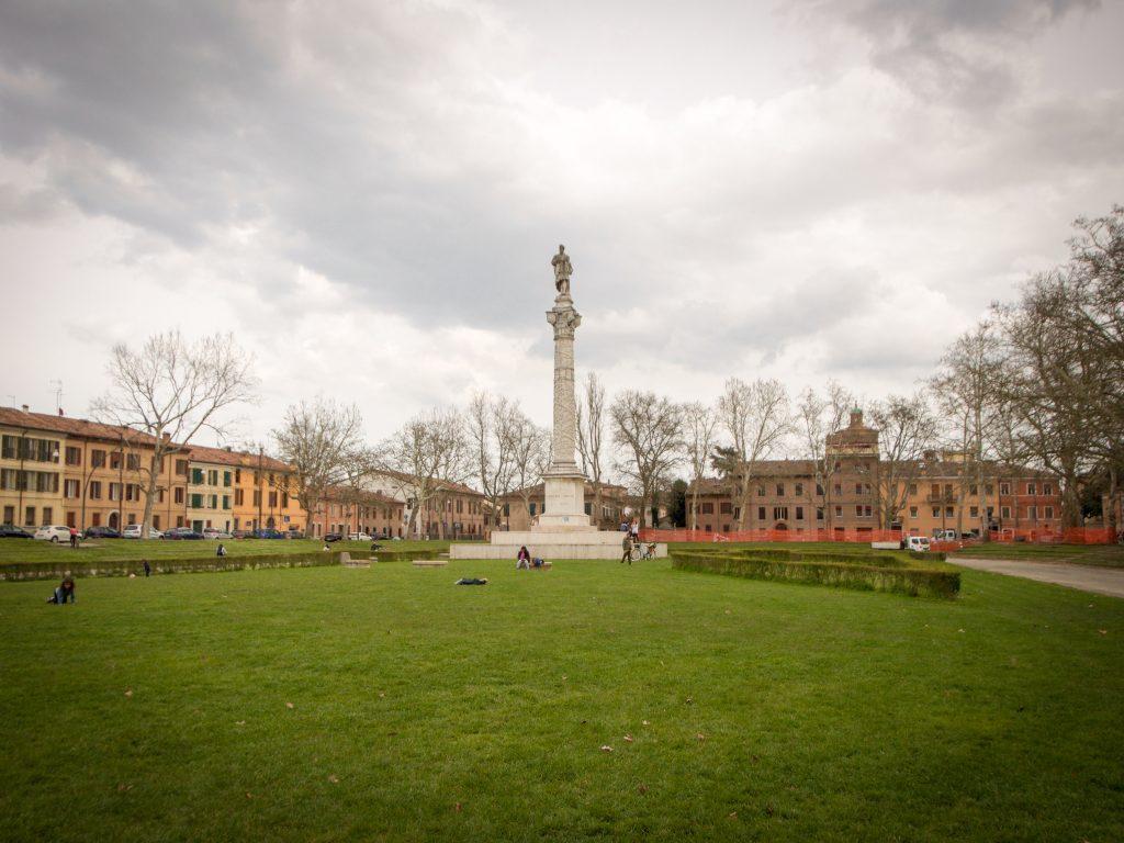 Cosa visitare a Ferrara la piazza ariostea