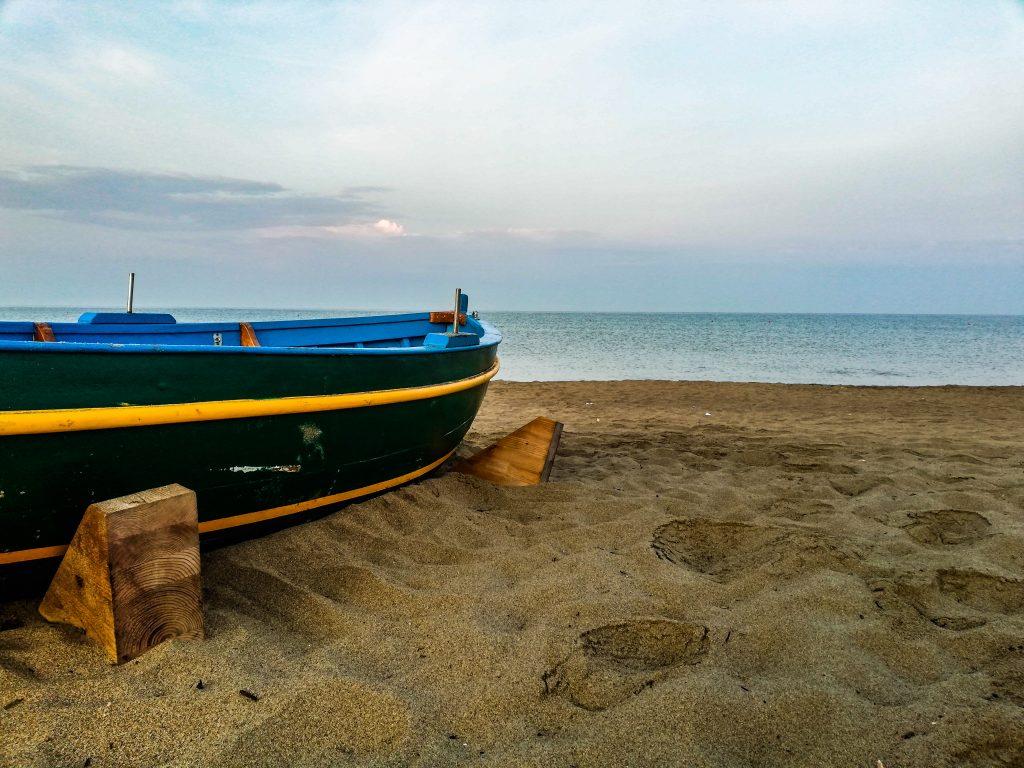 Barca in spiaggia a paestum
