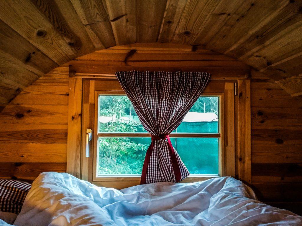 Cosa fare in Val pusteria con i bambini dormire in una botte