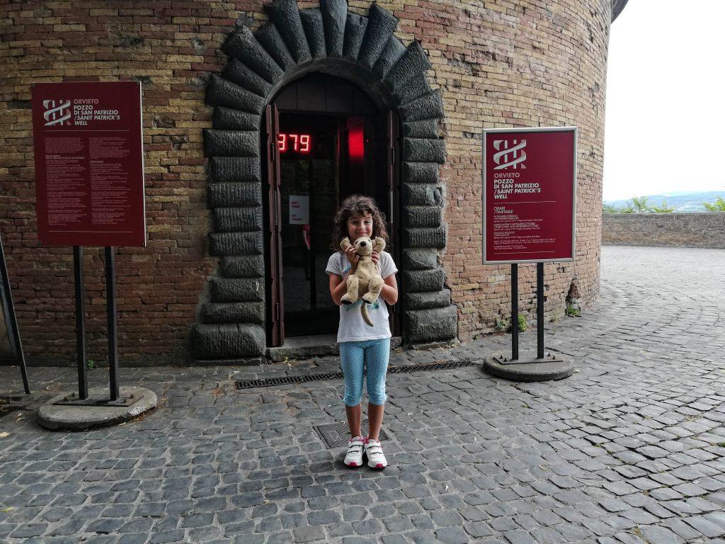 Eva all'ingresso del pozzo di San Patrizio