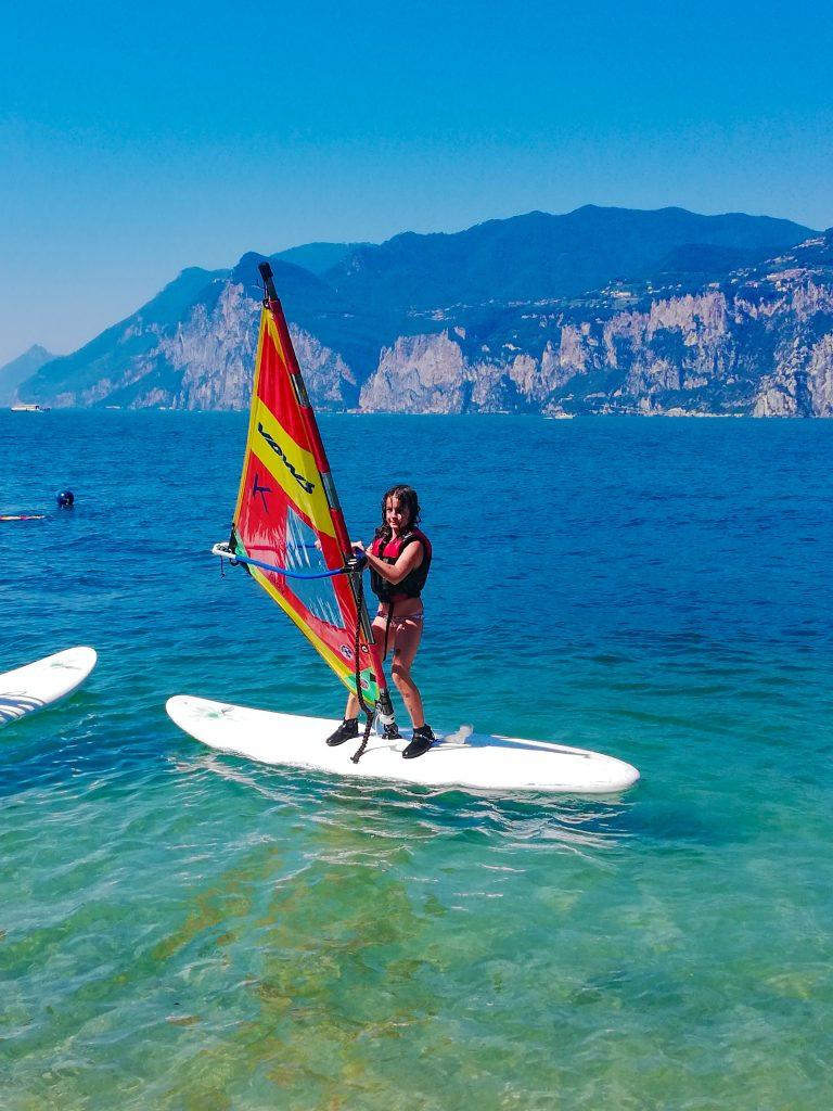 Fare windsurf al lago di garda